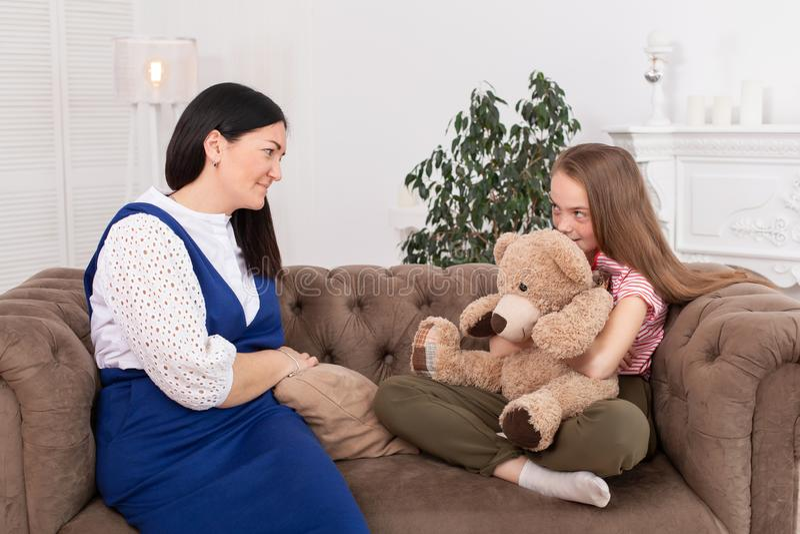 Nastoletnia dziewczyna na przyjęciu przy psychoterapeuty Psychotherapy sesją dla dzieci Psycholog pracy z pacjentem dziewczyna zdjęcia stock