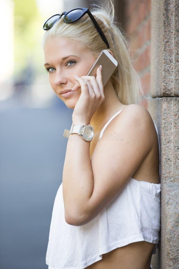 Nastoletnia dziewczyna opowiada w telefonie obraz stock