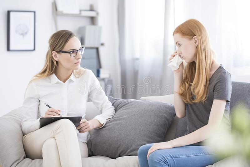 Nastoletnia dziewczyna podczas psychotherapy fotografia royalty free