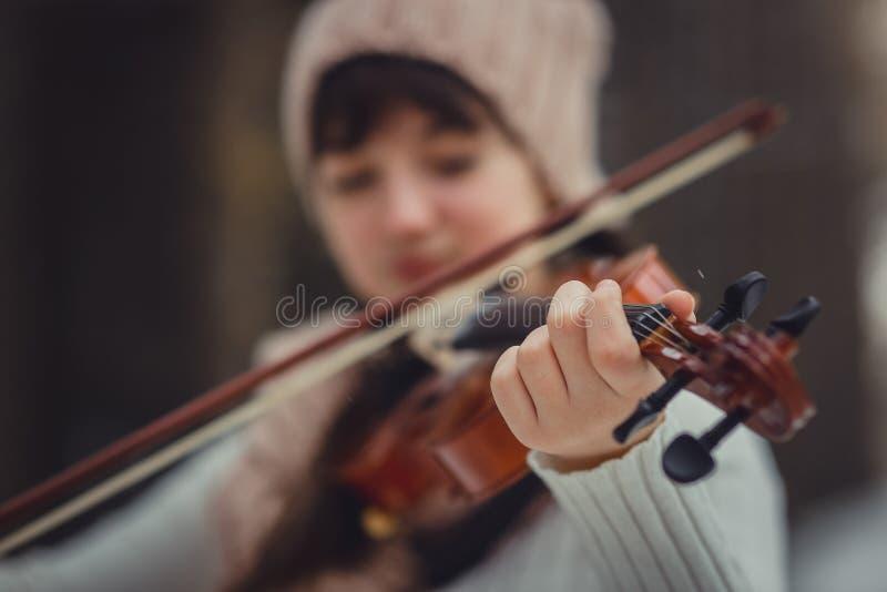 Nastoletnia dziewczyna portret z skrzypce obraz stock