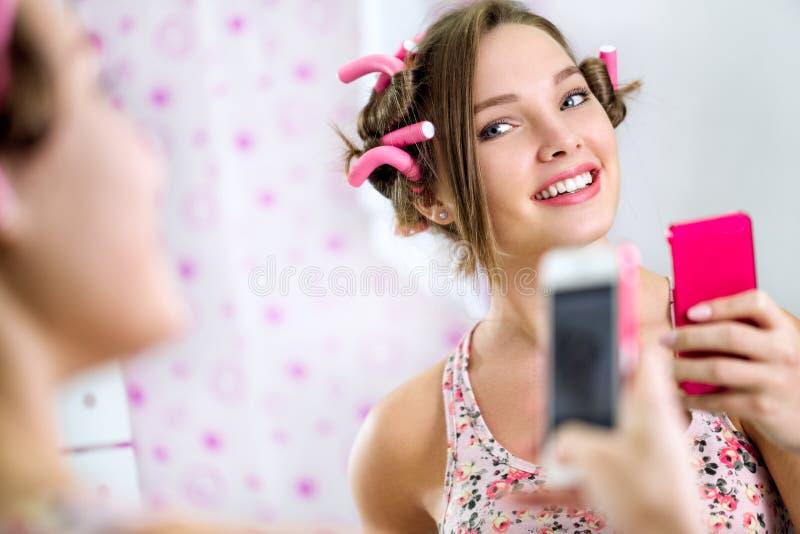 Nastoletnia dziewczyna robi jaźni w łazience fotografia stock