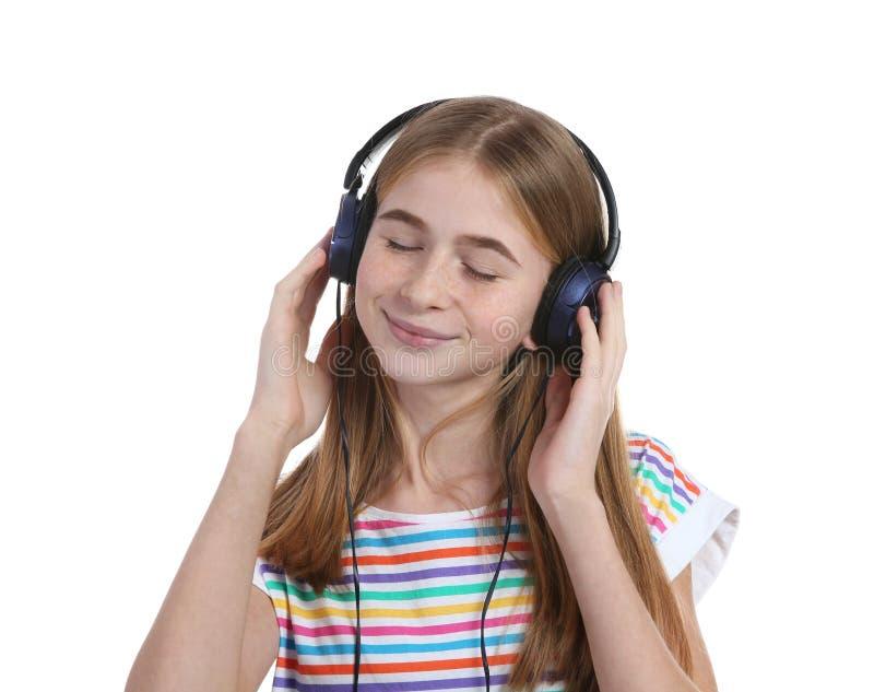 Nastoletnia dziewczyna słucha muzyka z hełmofonami fotografia royalty free