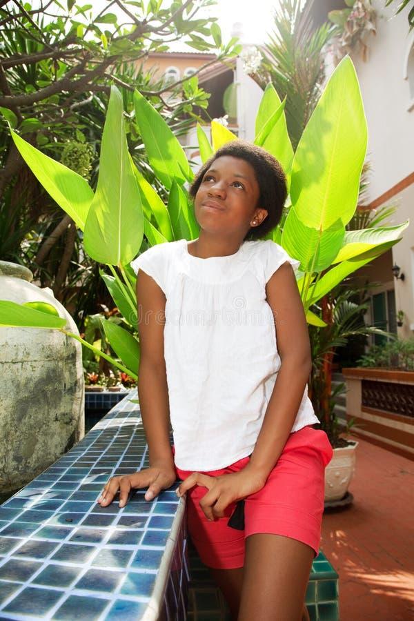 Nastoletnia dziewczyna siedzi w jardzie fotografia royalty free