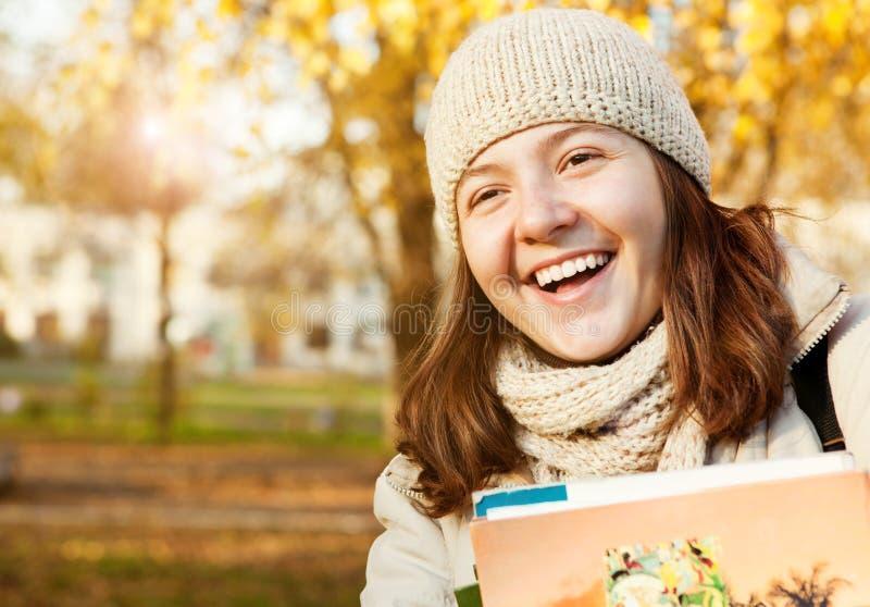 Nastoletnia dziewczyna szczęśliwy uśmiechnięty portret zdjęcia royalty free