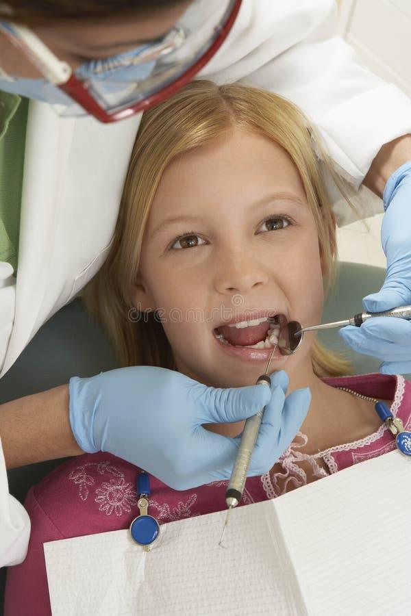 Nastoletnia Dziewczyna Taktuje dentystą zdjęcia stock
