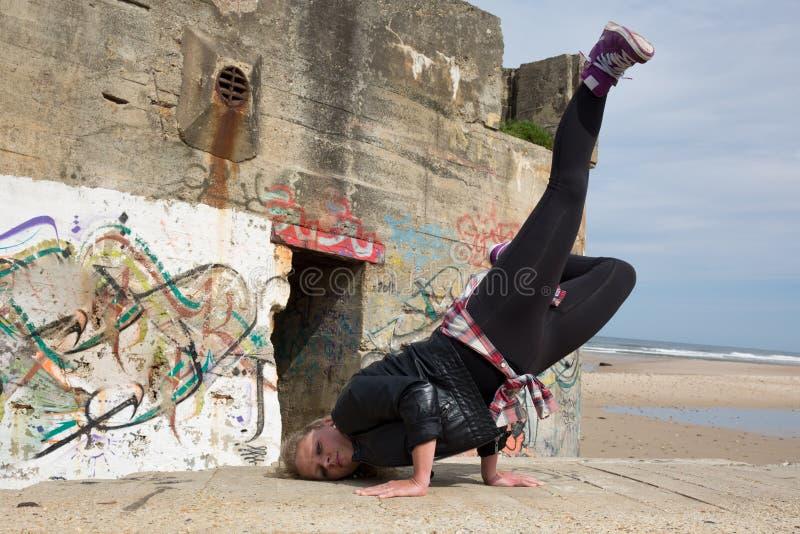 Nastoletnia dziewczyna tanczy Hip-hop i doskakiwanie na oceanie zdjęcie royalty free