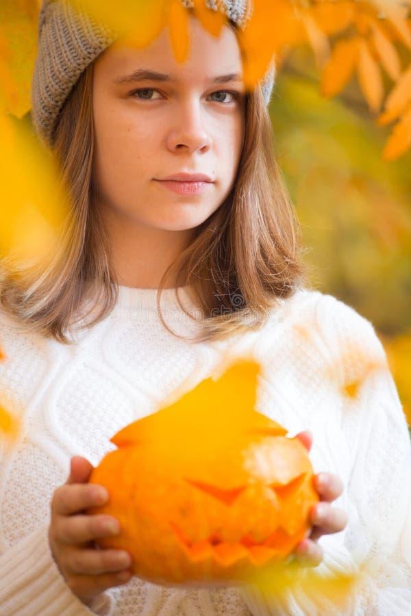 Nastoletnia dziewczyna trzyma Halloween dyniowy zdjęcia royalty free