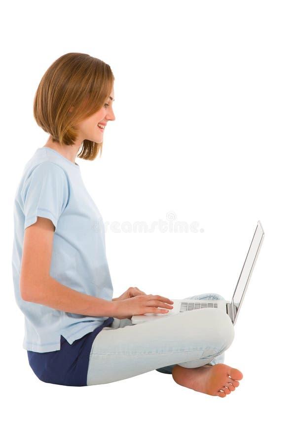Nastoletnia dziewczyna używać laptop zdjęcie royalty free