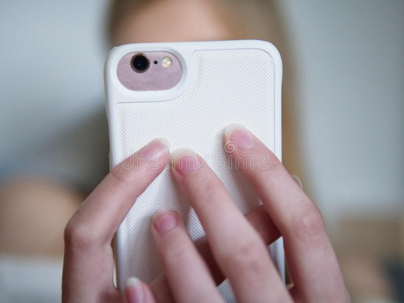 Nastoletnia dziewczyna używa jej smartphone fotografia royalty free