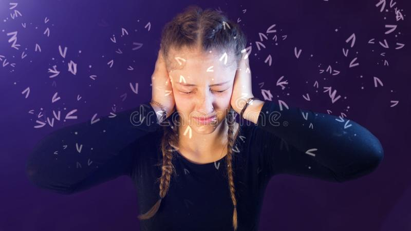 Nastoletnia dziewczyna ubierał przypadkowego z pigtails, atakujący ogólnospołecznymi środkami, tworzy emocjonalnego stres zdjęcie stock