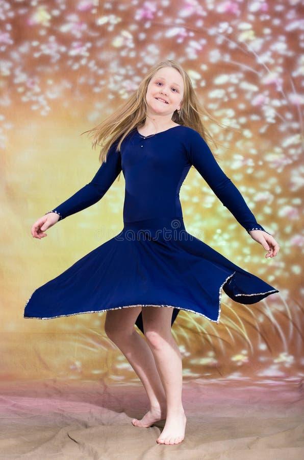 Nastoletnia dziewczyna w błękitnym tana kostiumu zdjęcia royalty free