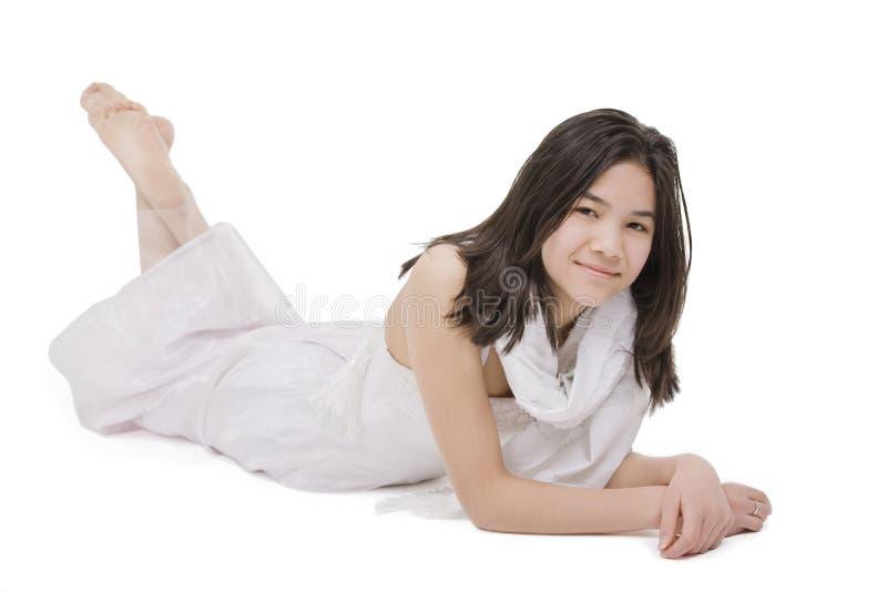 Nastoletnia dziewczyna w biel sukni łgarskim puszku zdjęcia royalty free
