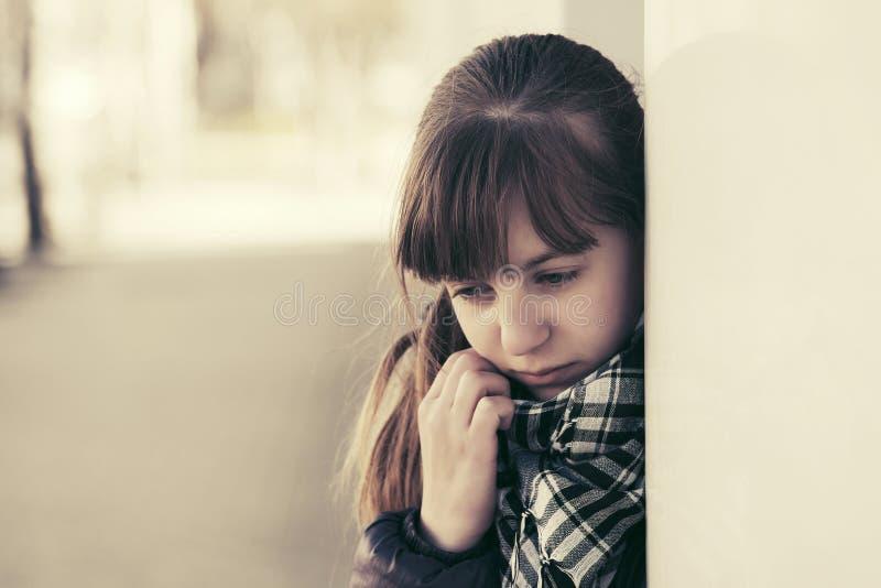 Nastoletnia dziewczyna w depresji przy ścianą zdjęcia royalty free