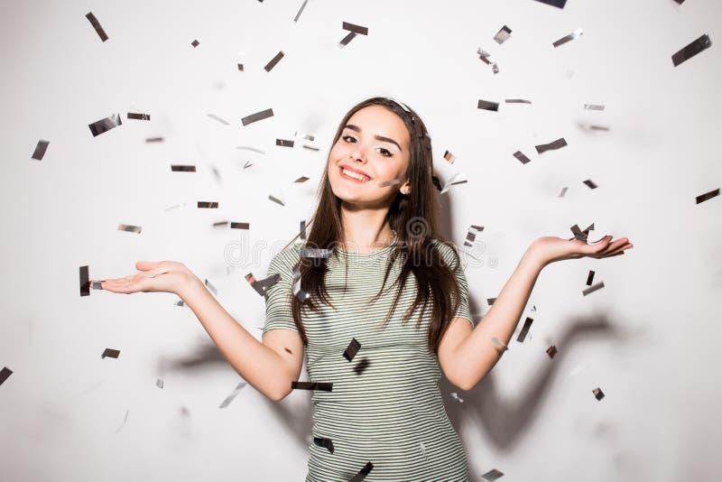 nastoletnia dziewczyna w galanteryjnej sukni z cekinami i confetti przy przyjęciem obrazy royalty free