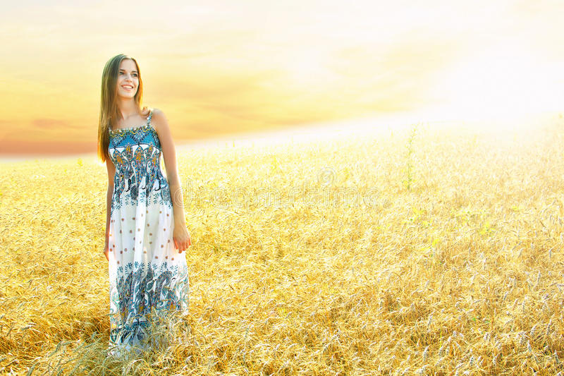 Nastoletnia dziewczyna w polu złoto fotografia stock