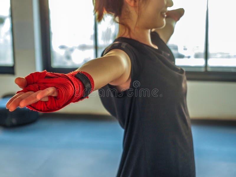 Nastoletnia dziewczyna w sporta odzieżowym mieniu przemieszczający ramię na szkoleniu zdjęcie royalty free