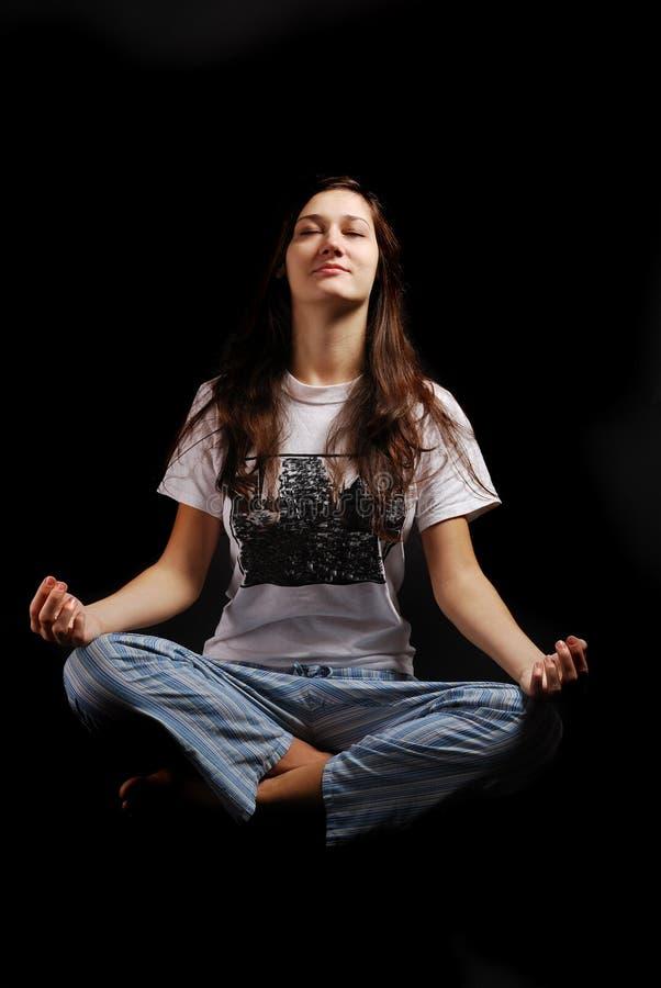 Nastoletnia dziewczyna wznosi się w lotosowej pozyci obrazy stock
