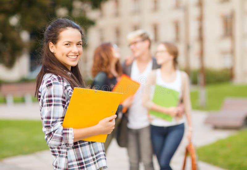 Nastoletnia dziewczyna z falcówkami i szturmany na plecy obraz stock