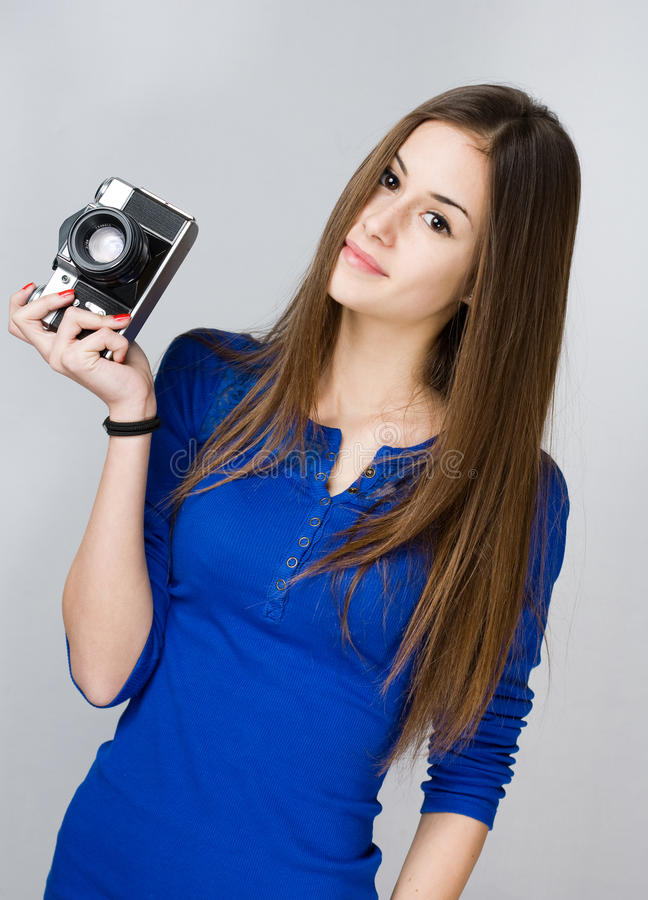 Nastoletnia dziewczyna z fotografii kamerą. obrazy stock