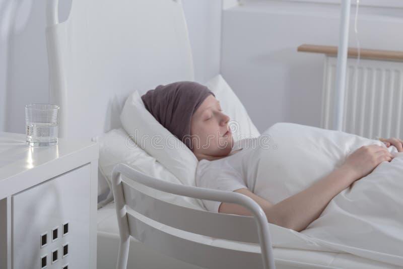 Nastoletnia dziewczyna z krwionośnym nowotworem obrazy stock