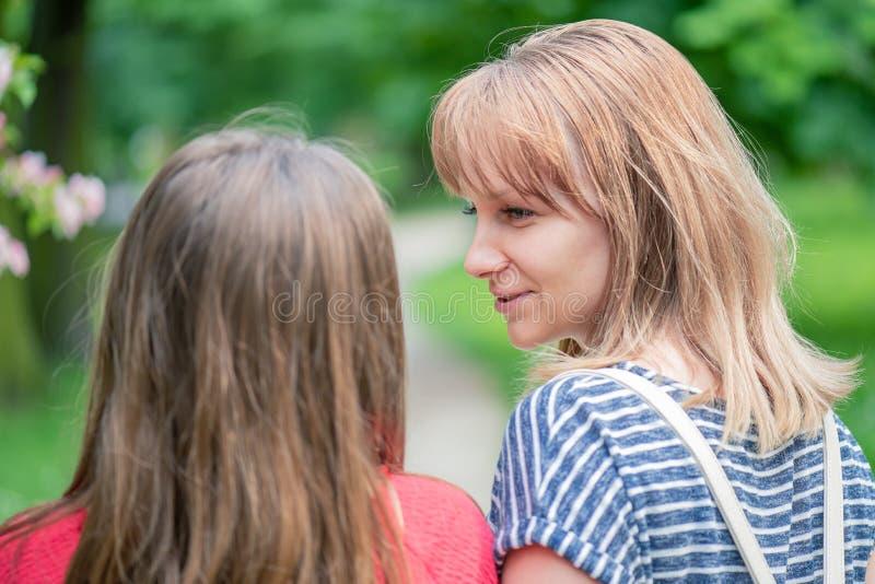 Nastoletnia dziewczyna z matk? przy parkiem zdjęcia stock