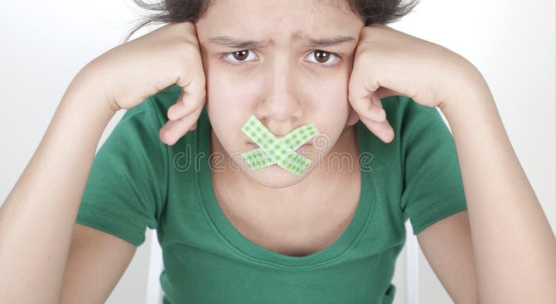 Nastoletnia dziewczyna z nagrywającym usta fotografia stock