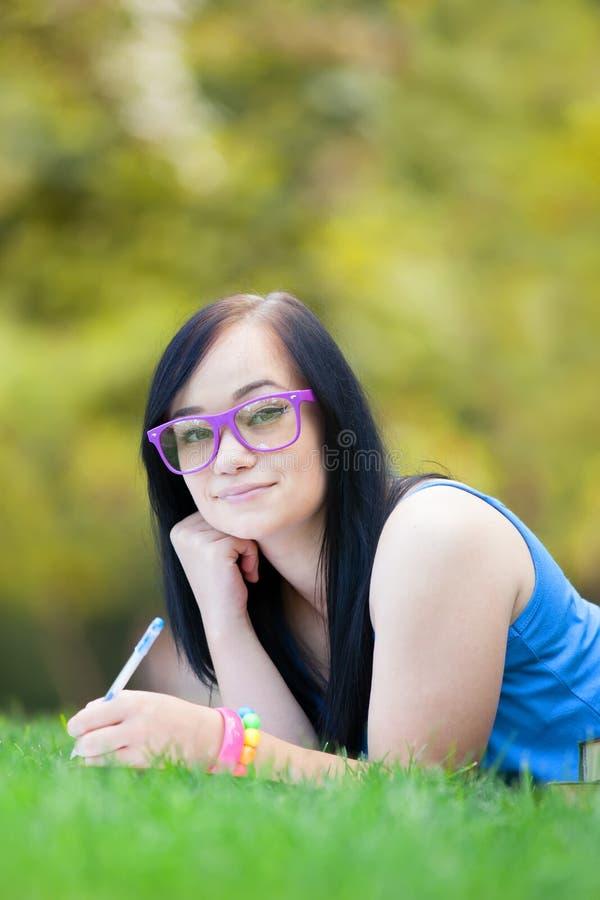 Nastoletnia dziewczyna z notatnikiem obraz royalty free