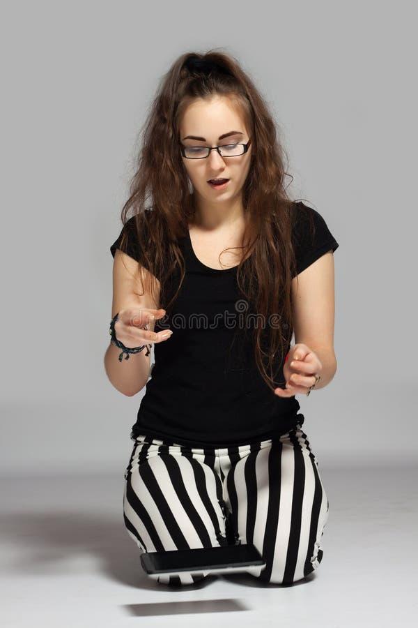 Nastoletnia dziewczyna z pastylką zdjęcie stock