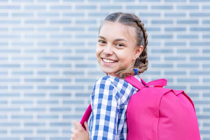 Nastoletnia dziewczyna z powrotem szko?a obrazy stock