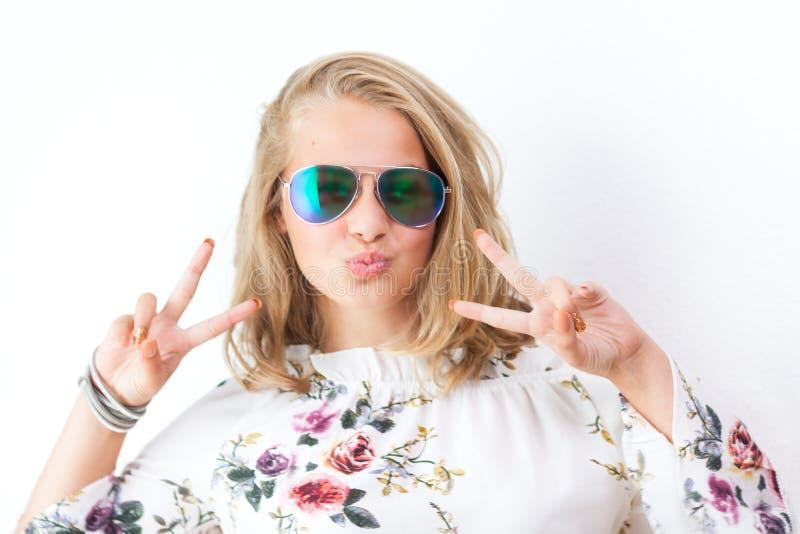 Nastoletnia dziewczyna z szkłami zdjęcia royalty free