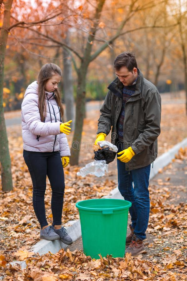 Nastoletnia dziewczyna z tata czystym w parku, rzuca grat w łzawicę fotografia stock