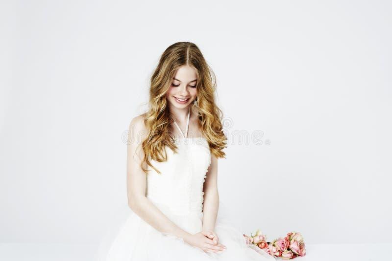 Download Nastoletnia Kwiat Dziewczyna W Bielu Zdjęcie Stock - Obraz złożonej z model, jeden: 53784642