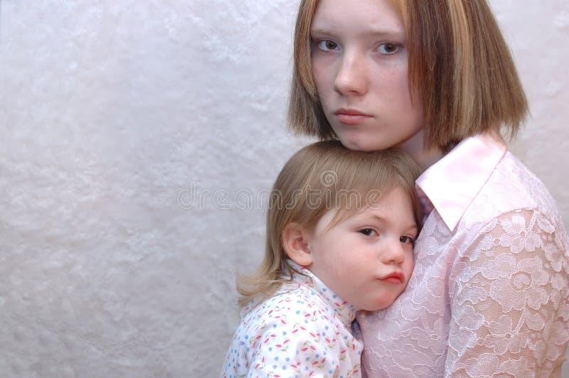 Nastoletnia matka, siostry/ obrazy stock