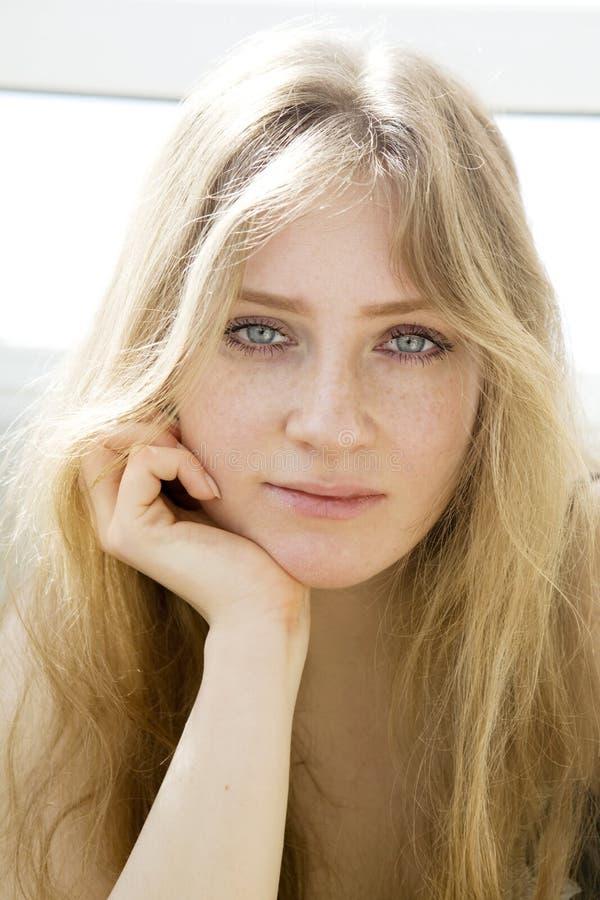 nastoletnia płacz blond dziewczyna zdjęcie stock