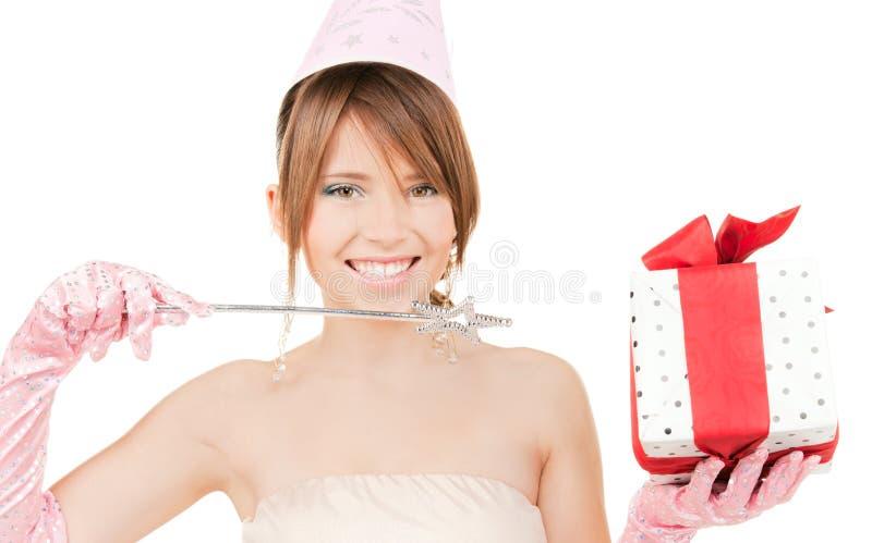 Nastoletnia partyjna dziewczyna z magicznym różdżki i prezenta pudełkiem zdjęcia stock