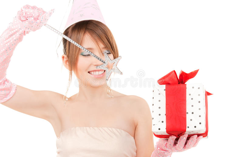 Nastoletnia partyjna dziewczyna z magicznym różdżki i prezenta pudełkiem zdjęcie stock