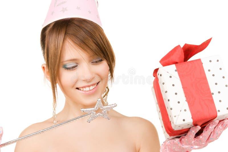 Nastoletnia partyjna dziewczyna z magicznym różdżki i prezenta pudełkiem fotografia stock
