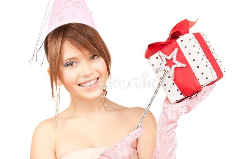 Nastoletnia partyjna dziewczyna z magicznym różdżki i prezenta pudełkiem obraz royalty free