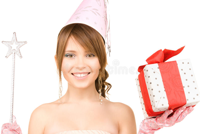 Nastoletnia partyjna dziewczyna z magicznym różdżki i prezenta pudełkiem zdjęcie royalty free