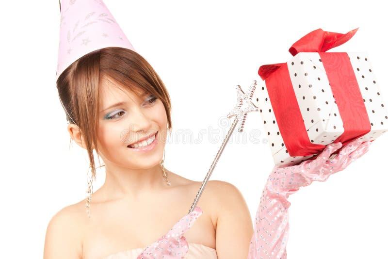 Nastoletnia partyjna dziewczyna z magicznym różdżki i prezenta pudełkiem obraz stock