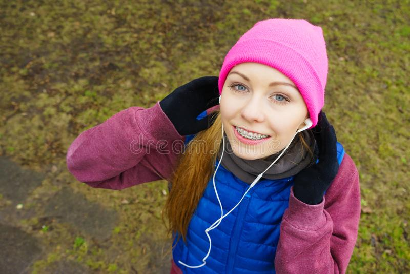 Nastoletnia sporty dziewczyna s?ucha muzyczny plenerowy fotografia stock