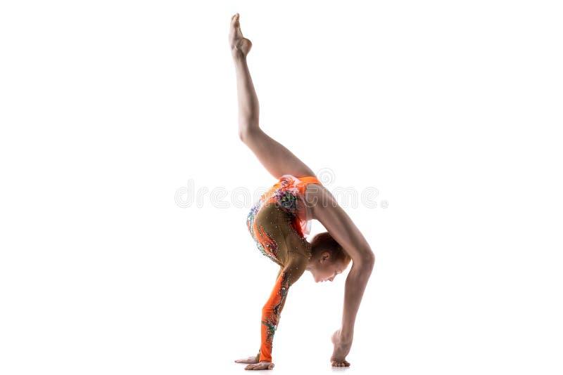 Nastoletnia tancerz dziewczyna robi tylnemu walkover fotografia stock