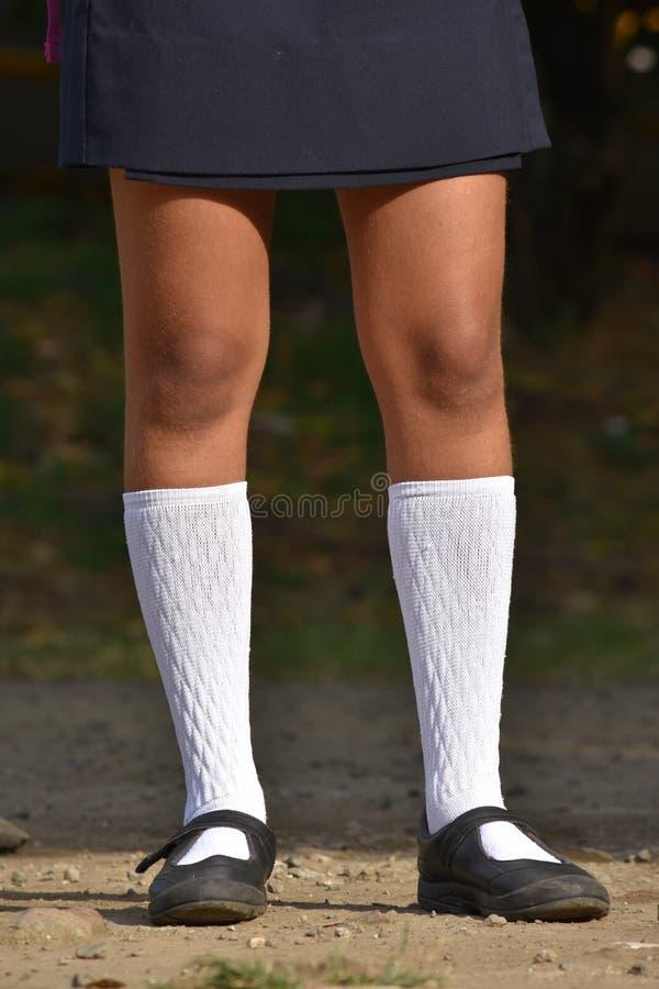 Nastoletnie dziewczyn nogi Jest ubranym Białą spódnicę I skarpety obraz royalty free