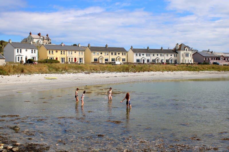 Nastoletnie dziewczyny bawić się w morzu zdjęcie royalty free