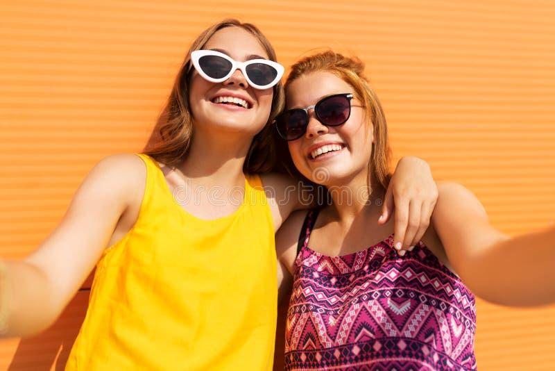 Nastoletnie dziewczyny bierze selfie outdoors w lecie obraz stock