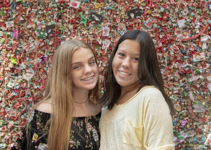Nastoletnie dziewczyny przed Targową teatru dziąsła ścianą, szczupaka miejsca rynek, Seattle, Waszyngton obraz stock