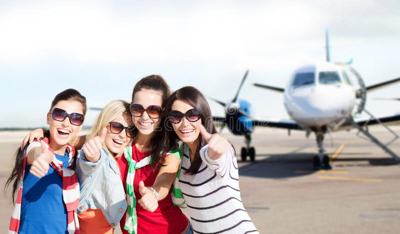 Nastoletnie dziewczyny w okularach przeciwsłonecznych pokazuje aprobaty obrazy royalty free