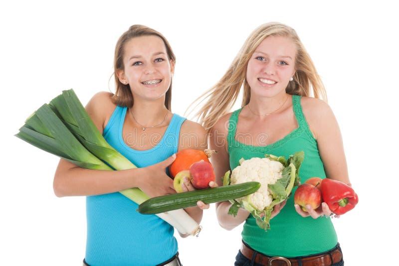 Nastoletnie dziewczyny z świeżymi warzywami i owoc obrazy stock