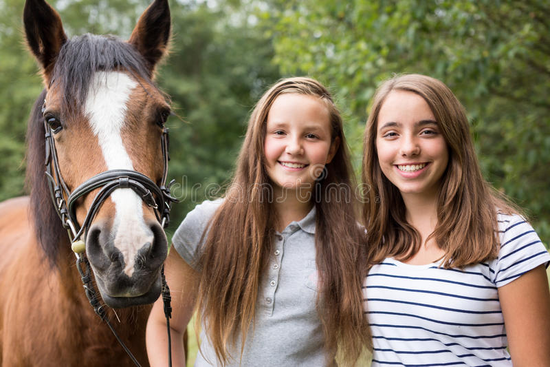Nastoletnie Dziewczyny Z Ich konikiem zdjęcie royalty free