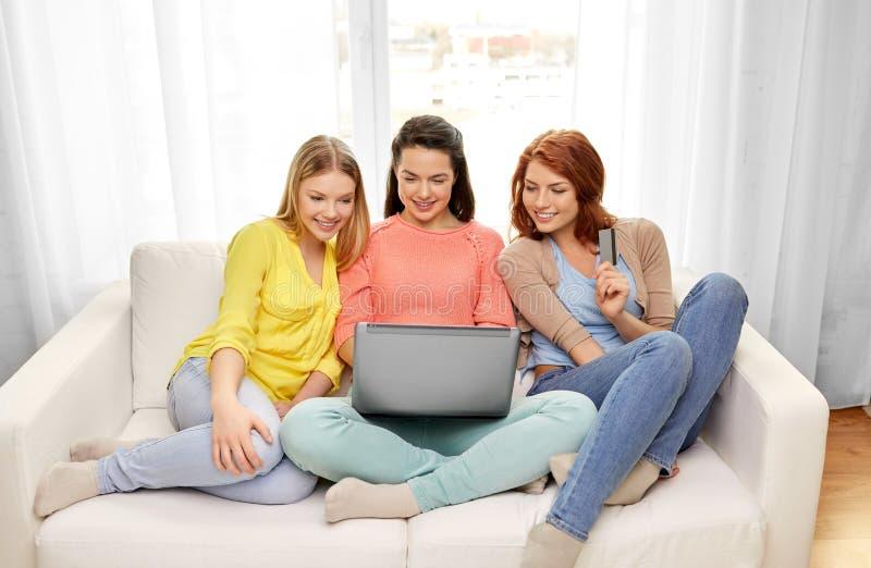 Nastoletnie dziewczyny z laptopem i kartą kredytową obraz royalty free